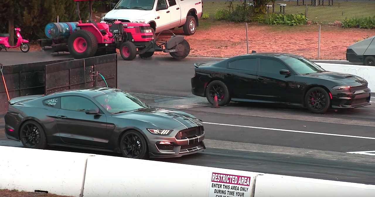 Dodge Hellcat Charger vs Shelby Mustang GT350R Enjoy the race!